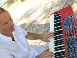 concert-live-exterieur-solo-musicien-piano-jazz
